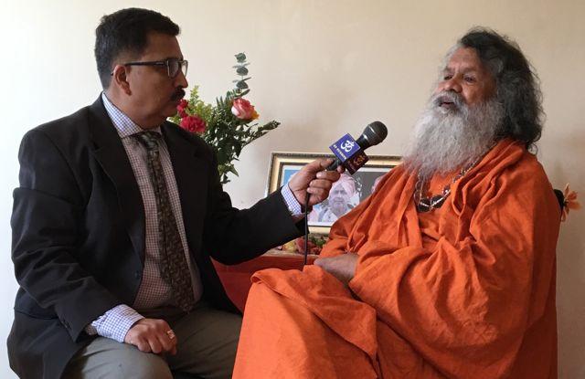 višvaguru Mahéšvaránanda a Ašok Vyas z Mezinárodního televizního vysílání, New York září 2016