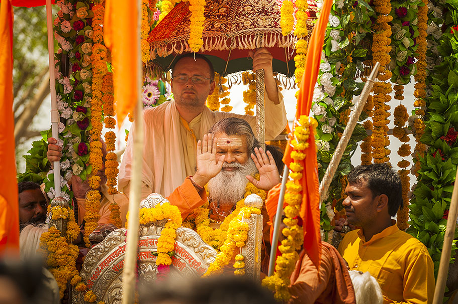 Vishwaguruji joins Atal Akhara Procession at Kumbha Mela