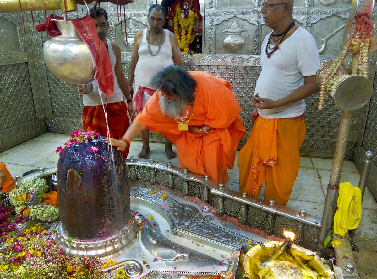 Vishwaguruji performs puja for World Peace