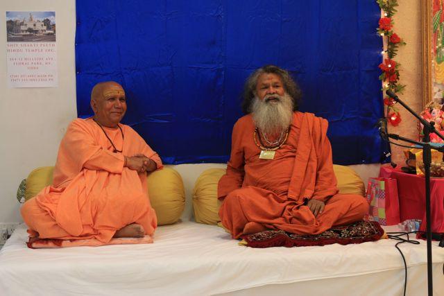 višvaguru Mahéšvaránanda a svámí Haričandra Purídží, New York září 2016