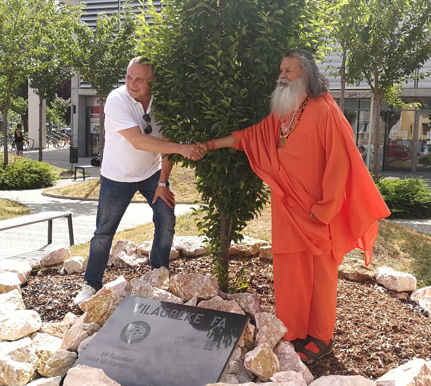 Swamiji.Gyor.peace.tree.2017.06.12.1