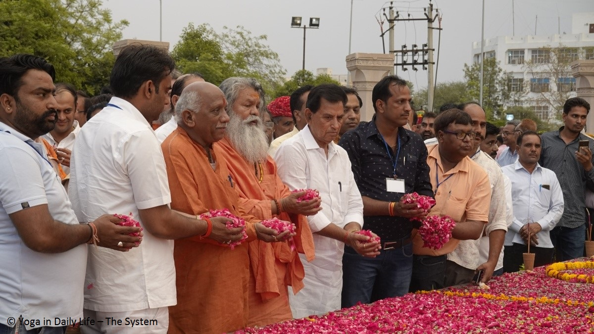 Vishwaguruji attends memorial for late Vice President Shekhavat
