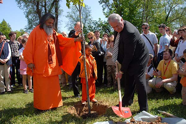 Planting of a peace tree Swamiji with the Mayor Muhic