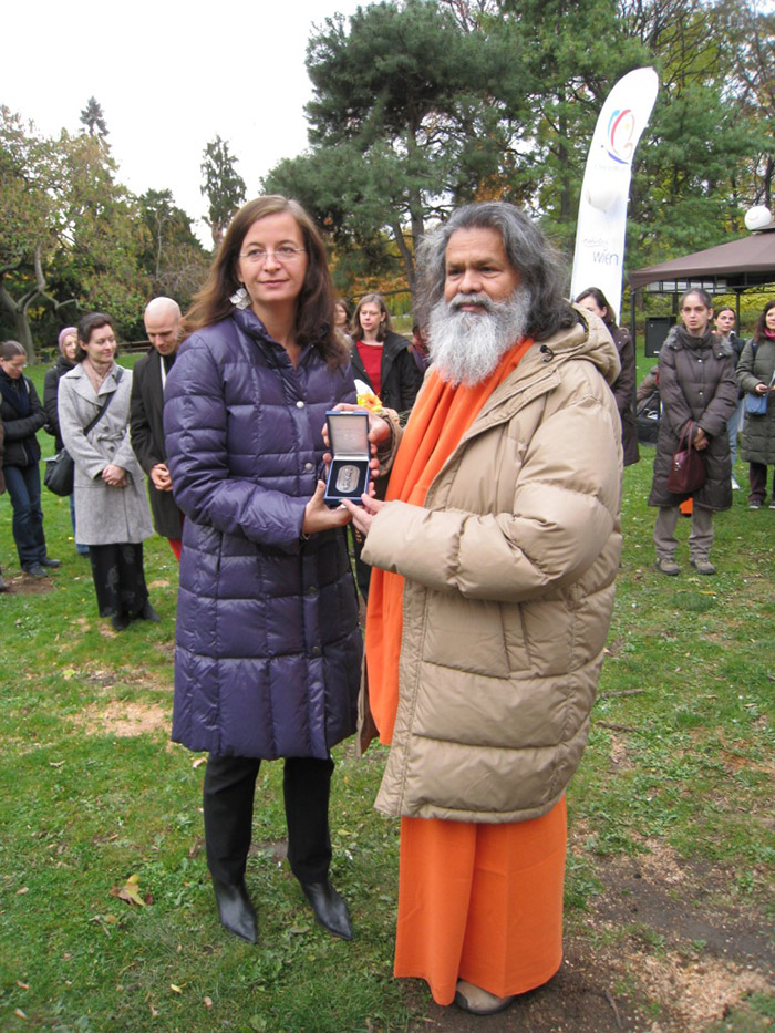 H.H. Paramhans Swami Maheshwarananda awarded medal of the city Vienna